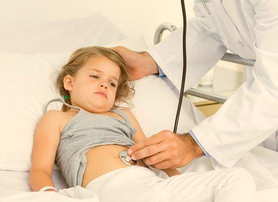 У ребенка болит живот: что можно дать?