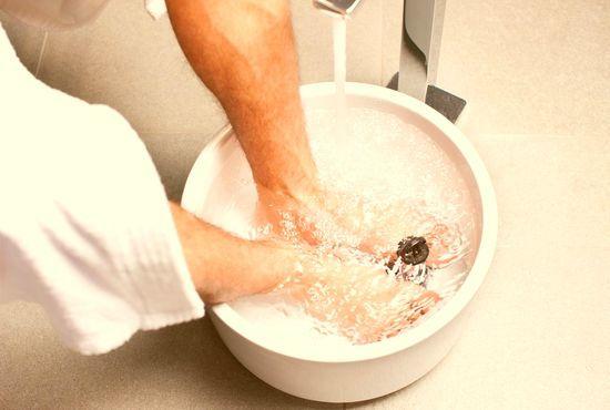 Ванночки лечат грибок